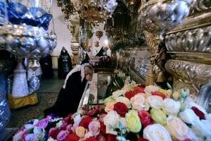 Святейший Патриарх Кирилл у мощей блаженной Матроны в Покровском монастыре Москвы